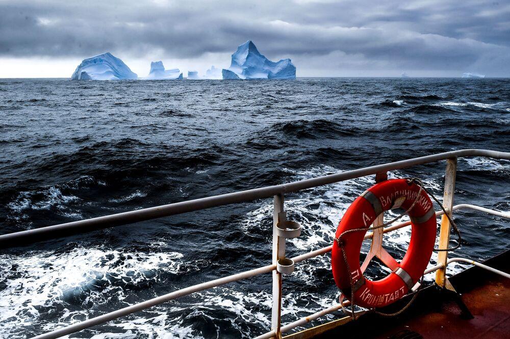 Pohled na ledovce z výzkumného plavidla Baltské flotily Admiral Vladimirskij