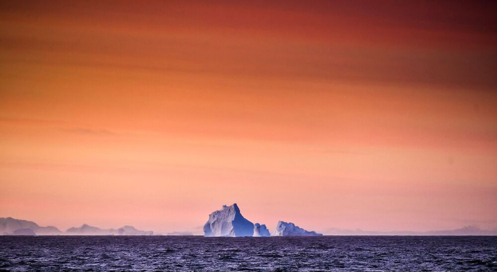Pohled na ledovec z výzkumného plavidla Baltské flotily Admiral Vladimirskij u Alexandřiny země