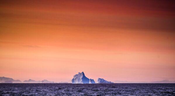 Pohled na ledovec z výzkumného plavidla Baltské flotily Admiral Vladimirskij u Alexandřiny země - Sputnik Česká republika