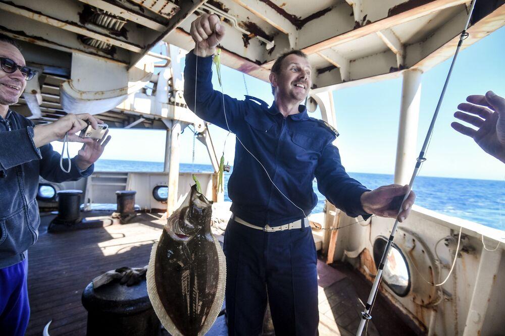 Platýs, chycený členem posádky, na lodi Baltské flotily Admiral Vladimirskij  během plavby na antarktickou stanici Bellingshausen
