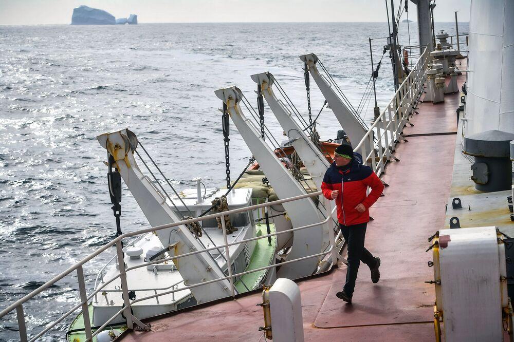 Člen týmu se věnuje běhu na palubě lodi Admiral Vladimirskij