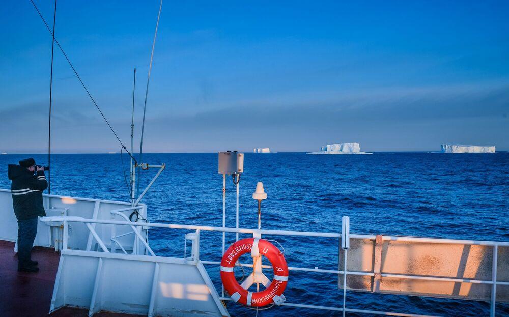 Kapitán první hodnosti Oleg Osipov na palubě lodi Admiral Vladimirskij  v oblasti Alexandřiny země  během plavby na antarktickou stanici Bellingshausen