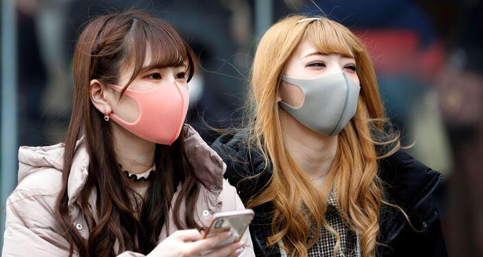 Dívky v rouškách v Tokiu