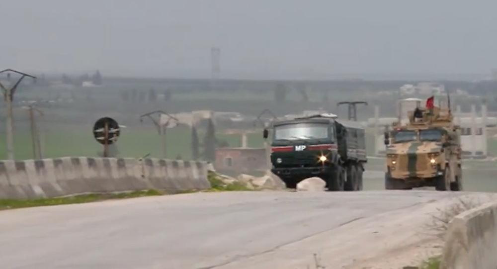 Video: Obrněné vozy s ruskými a tureckými vlajkami hlídají důležitou dálnici v provincii Idlib