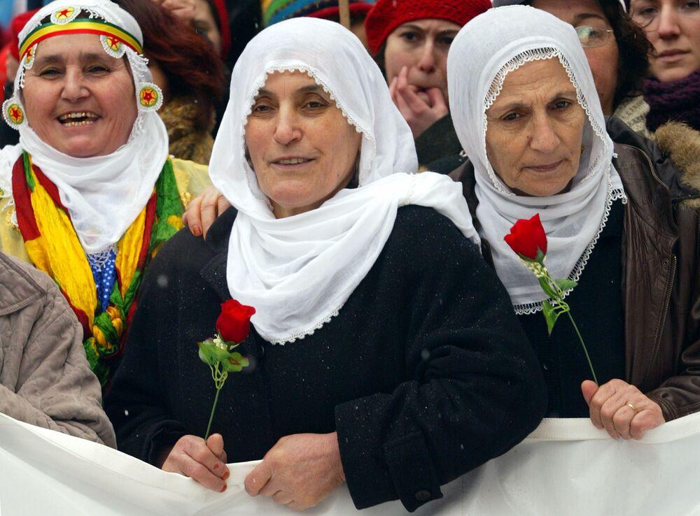 Kurdské ženy s květinami během demonstrace 8. března. Istambul, Turecko