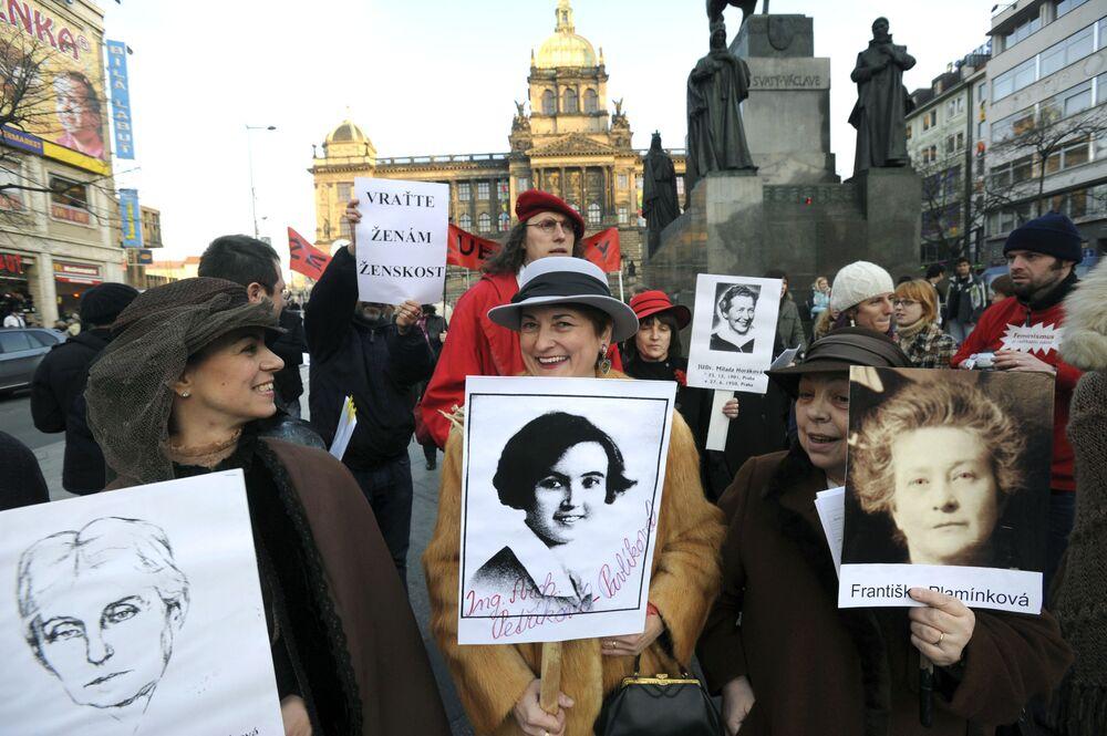 Aktivistky a zástupkyně ženského lobby demonstrují s portréty významných českých žen. Praha, Česko