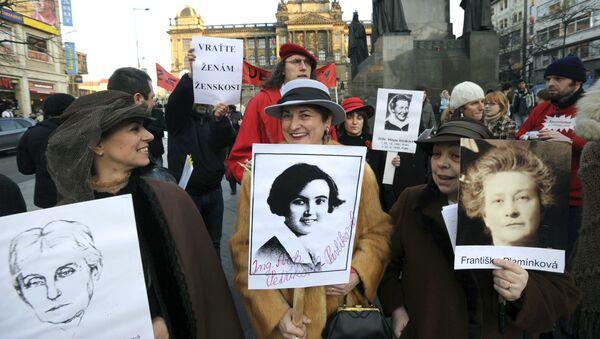 Aktivistky a zástupkyně ženského lobby demonstrují s portréty významných českých žen. Praha, Česko - Sputnik Česká republika