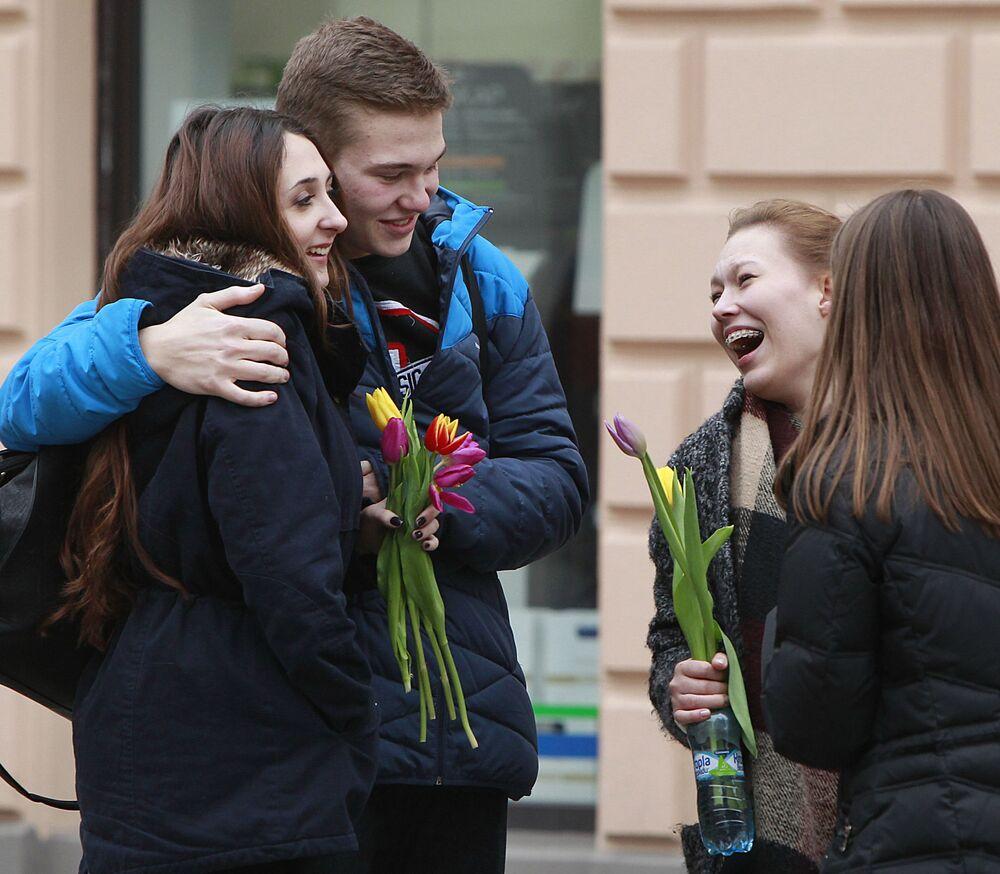 Dívky s tulipány na Mezinárodní den žen. Varšava, Polsko