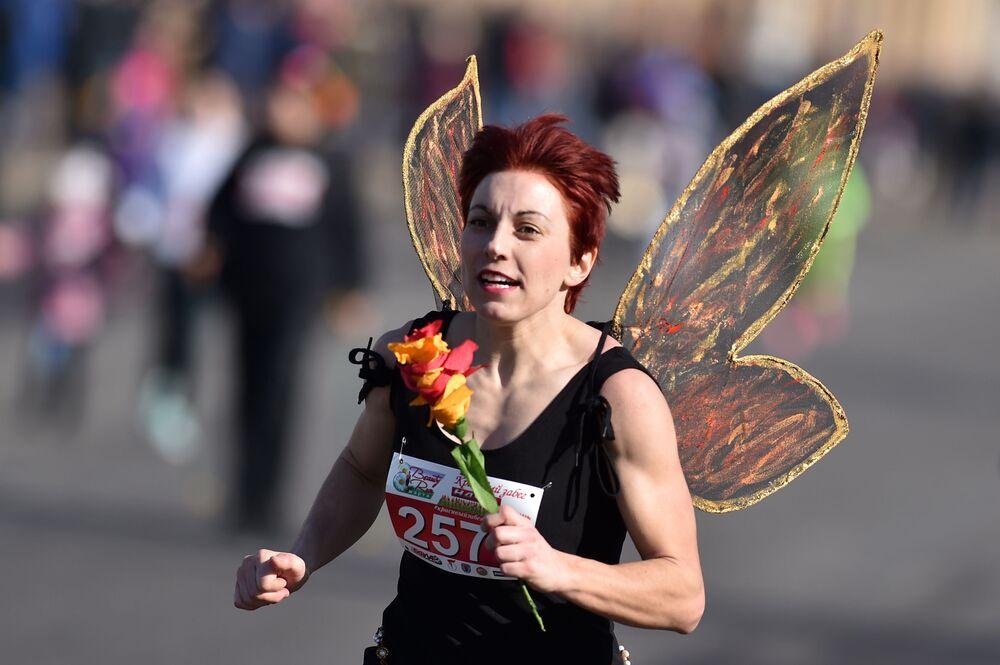 """Žena se účastní akce """"Beauty Run"""" u příležitosti Mezinárodního dne žen. Minsk, Bělorusko"""