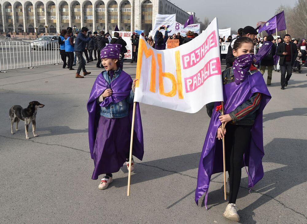 Dívky demonstrují 8. března v Biškeku, Kyrgyzstán.