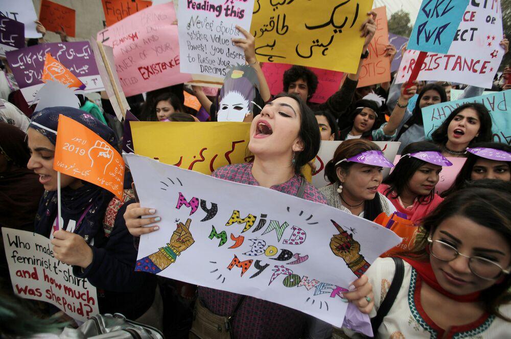 Ženy demonstrují během 8. března v Láhauru, Pákistán