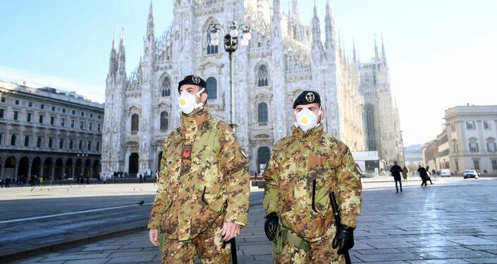Policisté v respirátorech v Milánu