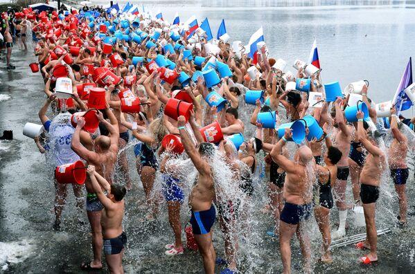 Obyvatelé sibiřského města Krasnojarsk během polévání se studenou vodou - Sputnik Česká republika