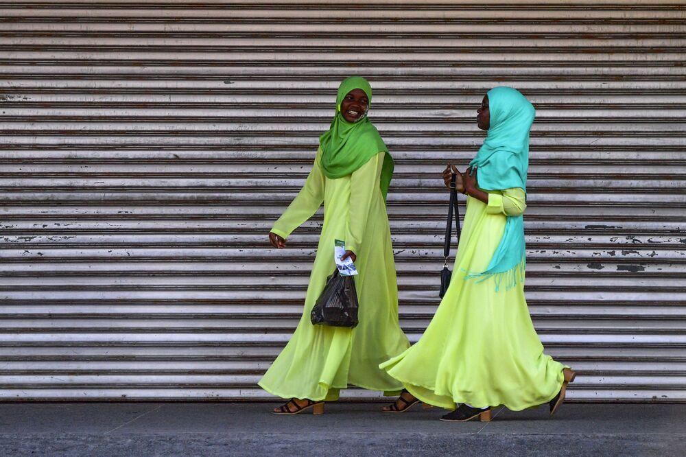 Dvě slečny se prochází po hlavním městě Georgetown v Guyaně