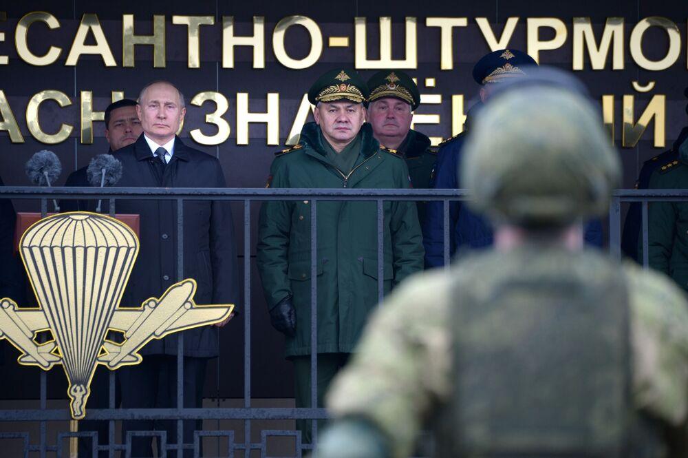 Ruský prezident Vladimir Putin provádí kontrolu vojenského personálu