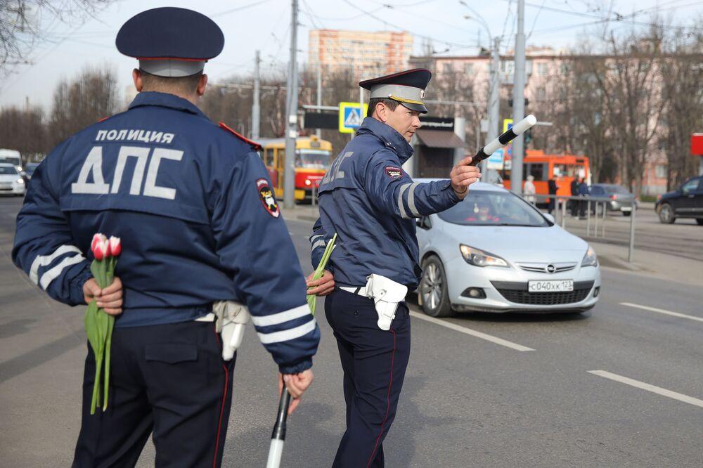 Policisté na jihu Ruska blahopřejí řidičkám k Mezinárodnímu dni žen
