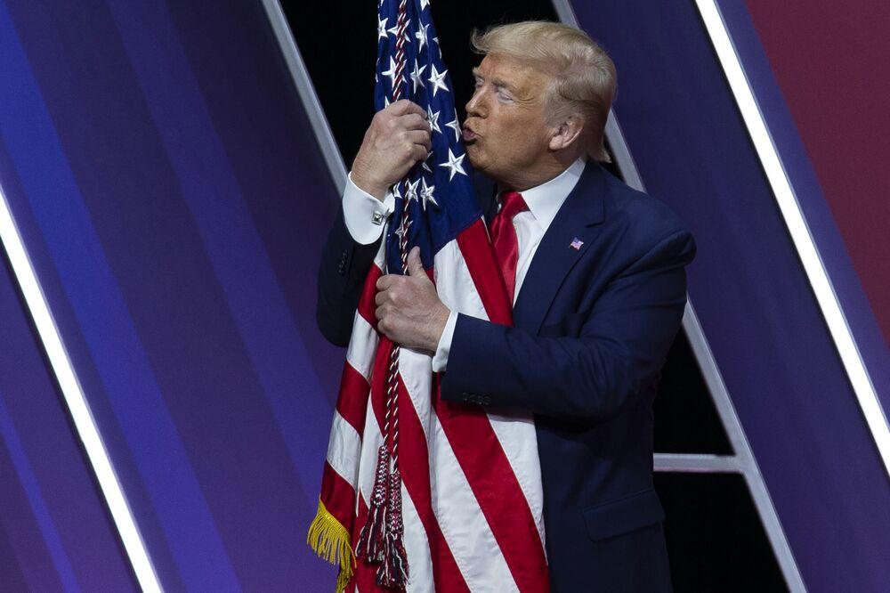 Donald Trump líbá americkou vlajku