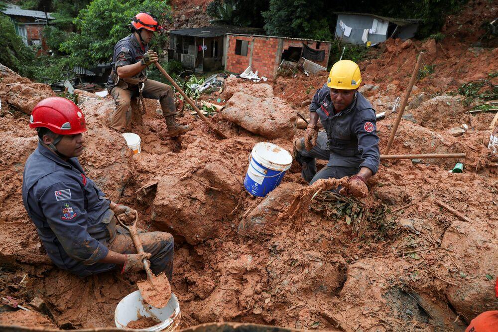Záchranáři hledají oběti sesuvu, Brazílie