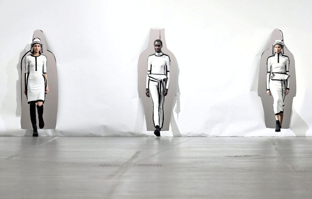 Módní přehlídka tvorby módního návrháře Satoshiho Konda během Pařížského týdnu módy