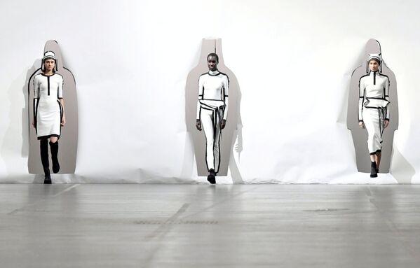 Módní přehlídka tvorby módního návrháře Satoshiho Konda během Pařížského týdnu módy - Sputnik Česká republika