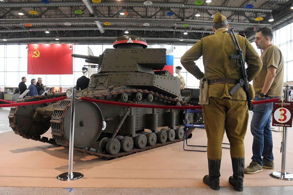 Tank MC-1 na zahájení expozice retro aut a technických starožitností Oldtimer-Galereja v Moskvě