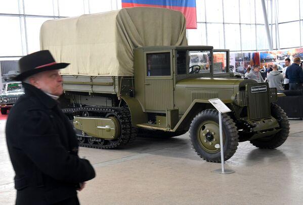 Polopásový náklaďák ZIS-42 - Sputnik Česká republika