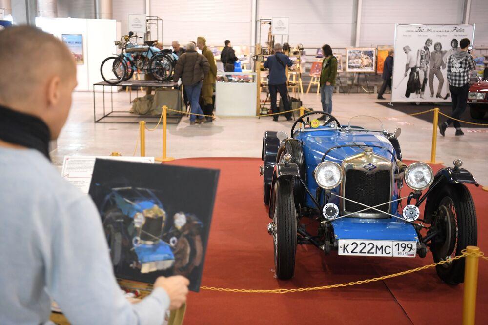 Muž kreslí závodní auto Riley Brooklands Nine (1930)