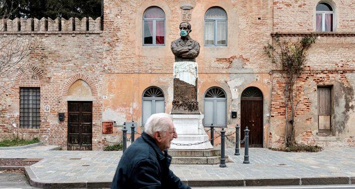 Socha v masce v italském San Fiorano