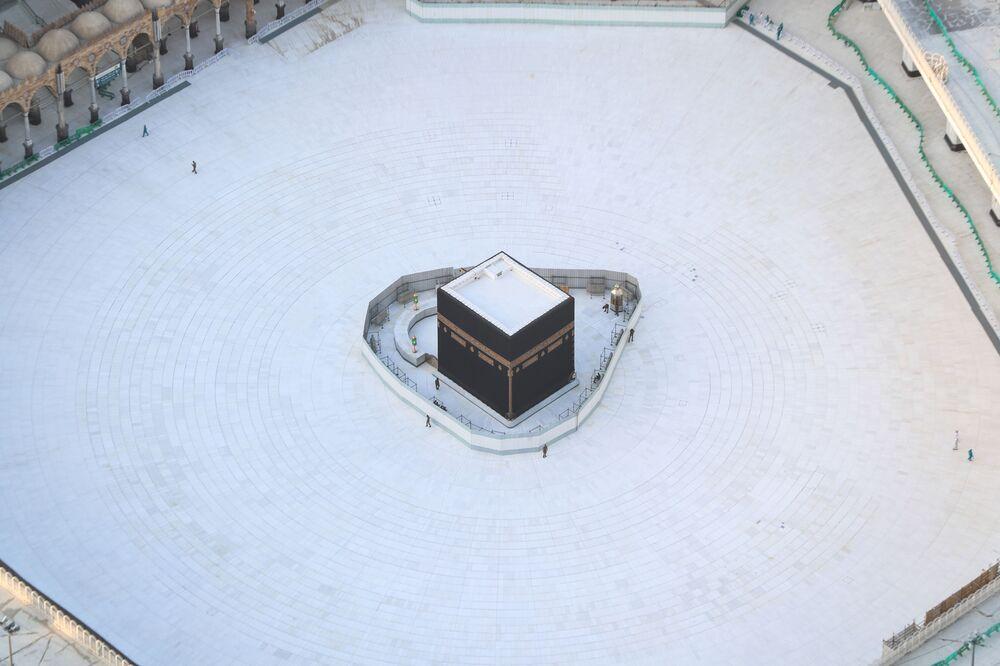 Prázdný prostor kolem Káby uprostřed Velké mešity ve městě Mekka