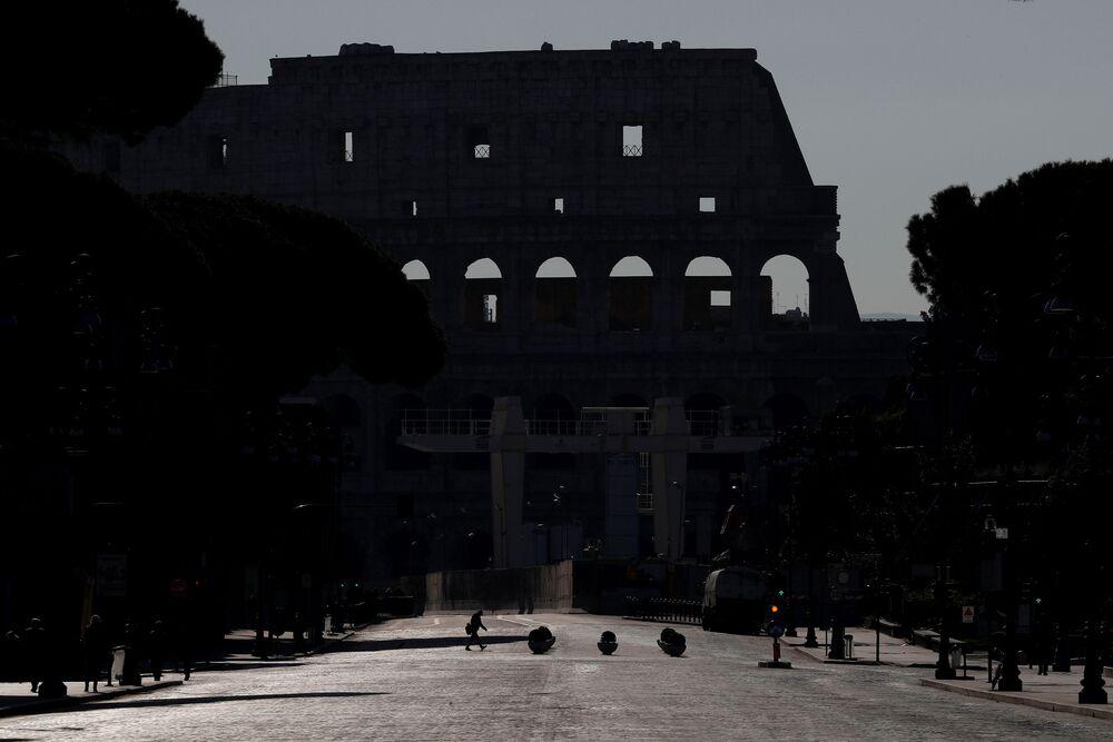 Vylidněné Koloseum v Římě