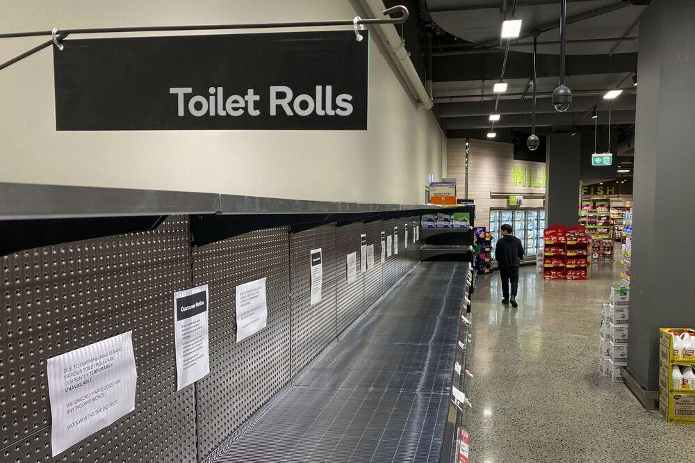 Nakupující jde kolem prázdných výloh v supermarketu ve městě Melbourne