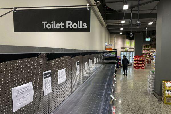 Nakupující jde kolem prázdných výloh v supermarketu ve městě Melbourne - Sputnik Česká republika