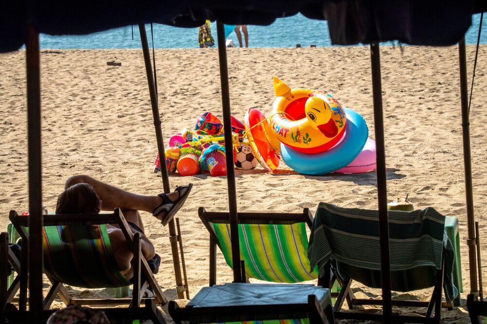 Osamělý turista na prázdné pláži v Thajsku