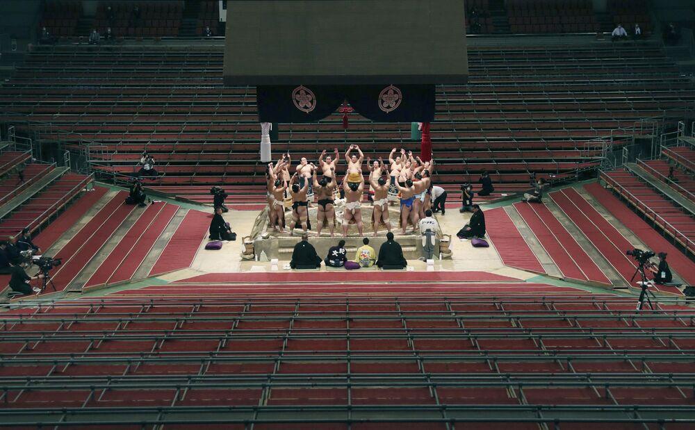 Zápasníci sumo v prázdné sportovní hale