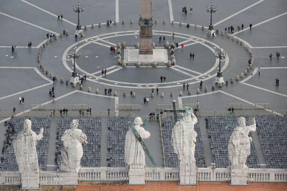 Výhled na prázdné Svatopetrské náměstí ve Vatikánu