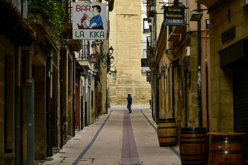 Člověk na prázdné ulici ve Španělsku