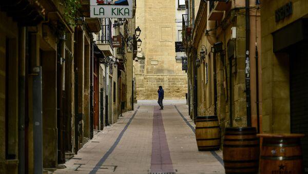 Muž na prázdné ulici v severním Španělsku - Sputnik Česká republika