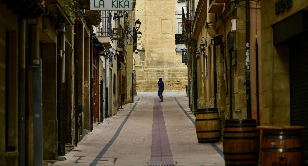 Muž na prázdné ulici v severním Španělsku