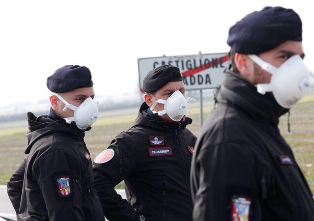 Policisté v respirátorech v Itálii