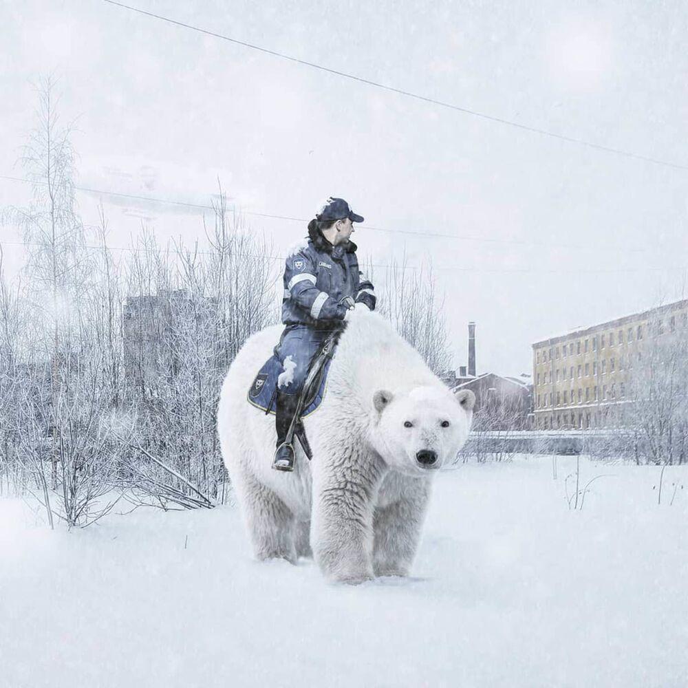 Umělecké pojetí fotografie Vadima Solovjeva: Policista jede na medvědovi