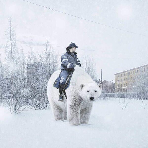 Umělecké pojetí fotografie Vadima Solovjeva: Policista jede na medvědovi - Sputnik Česká republika