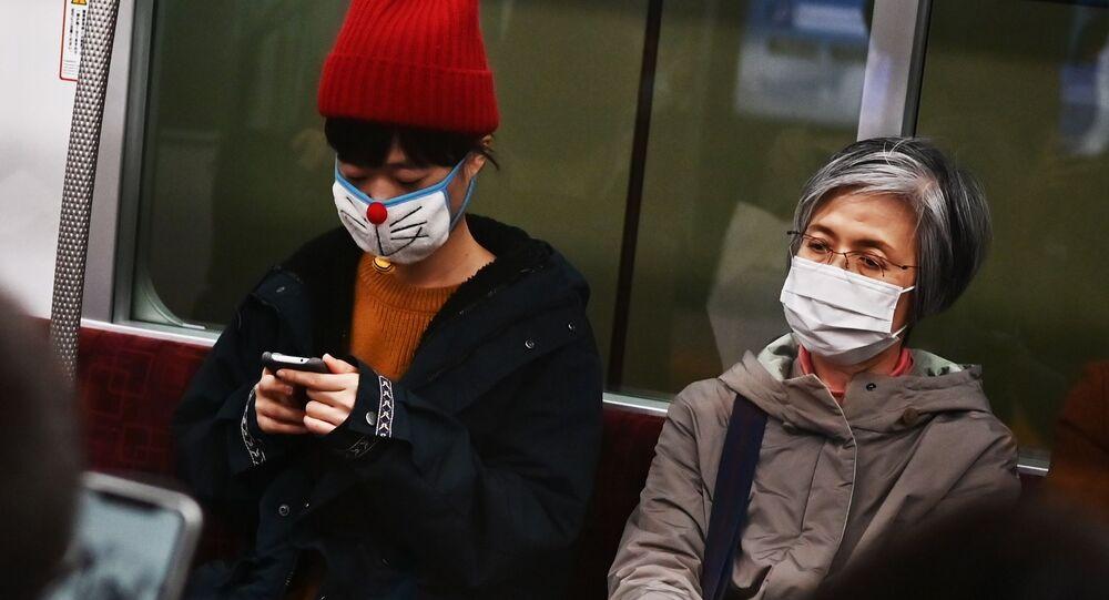 Lidé v rouškách v metru.