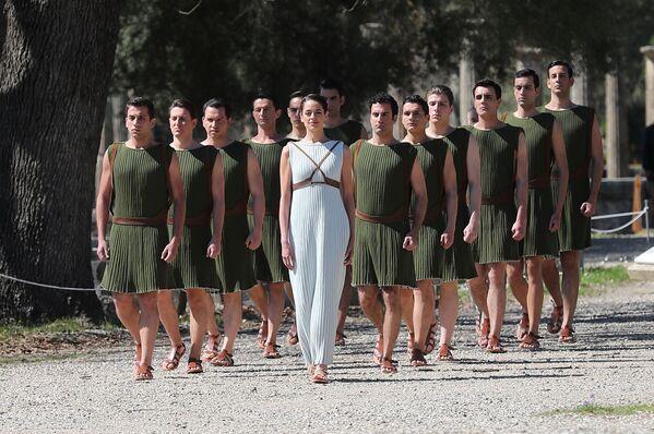 Účastnice zapálení olympijského ohně v Řecku  - Sputnik Česká republika