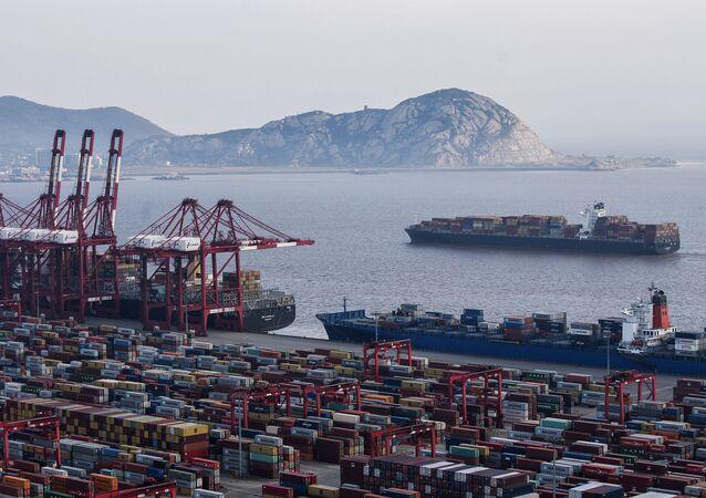 Nákladní lodě v Šanghajském přístavu