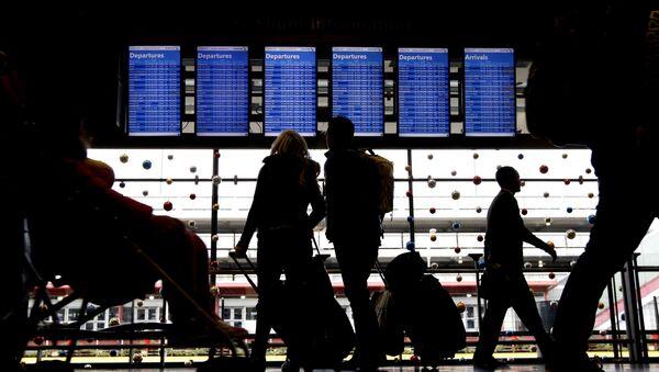 Cestující před tabulkou na letišti. Illustrační foto - Sputnik Česká republika