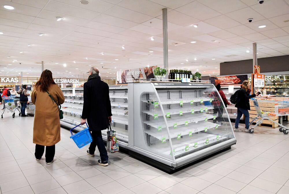 Zásobujte se, kdo může: Vyděšení zákazníci kvůli koronaviru masivně vymetají zboží z regálů