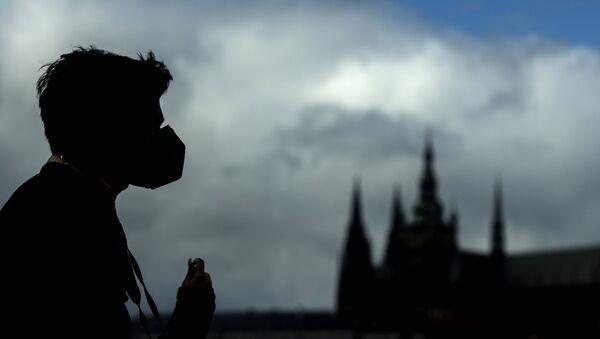 Silueta muže v roušce na Karlově mostě v Praze - Sputnik Česká republika