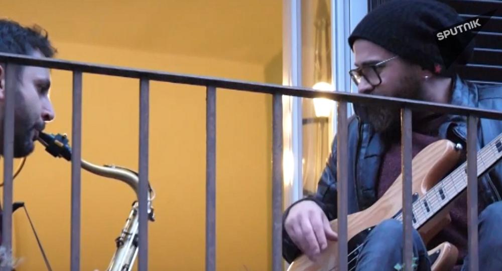 Video: Itálové milující život provádějí překvapující flashmob v boji s koronavirem. Celá země zpívá z balkonů a oken