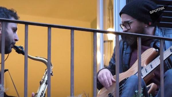 Video: Itálové milující život provádějí překvapující flashmob v boji s koronavirem. Celá země zpívá z balkonů a oken - Sputnik Česká republika