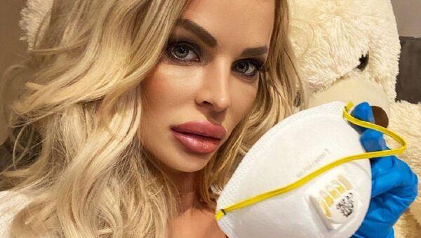 Словацкая модель Сильвия Кучеренко с защитной маской - Sputnik Česká republika